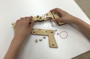 ゴム鉄砲の工作キットを組み立てる