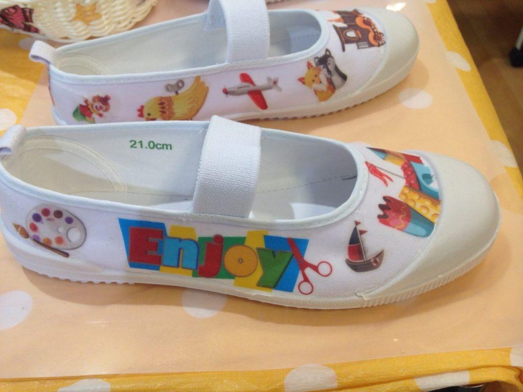 上履きなどをお子様のお好みに合わせてデコレーションしてます。
