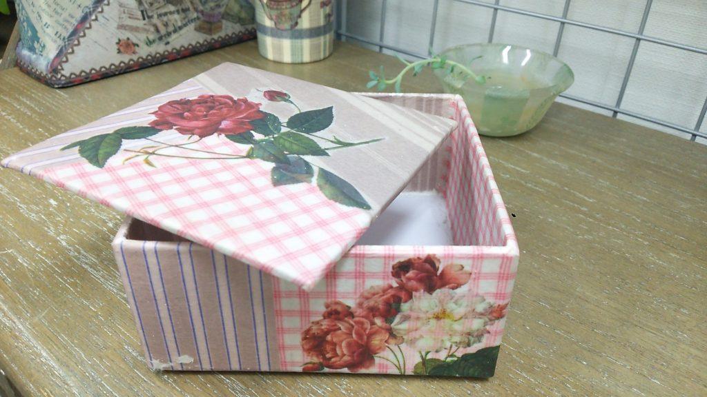 女の子の夏休みの工作に、デコしたオリジナル 小物箱を作っても可愛いと思います。