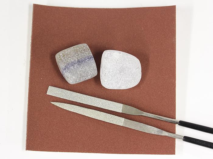 原石を磨くために必要なやすりと原石が付属された原石磨き図鑑