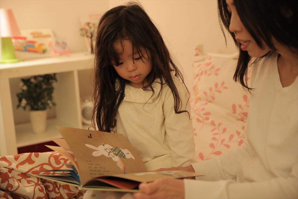 親子の絵本の読み聞かせ