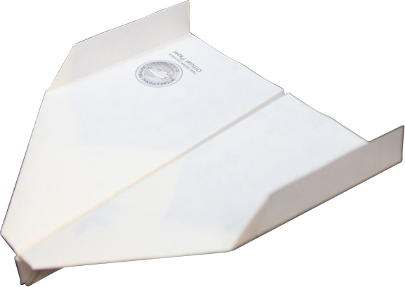 折った状態のスカイキングのそのまま入った触れる図鑑の紙ヒコーキ